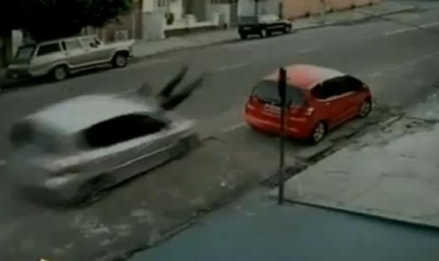Την χτύπησε αμάξι, την πέταξε μέτρα μακρία και επέζησε!  Δες το συγκλονιστικό βίντεο. | tlife.gr