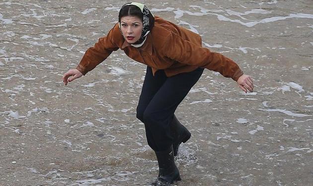 Catherine Zeta-Jones: Άφησε τις εντυπωσιακές τουαλέτες και φόρεσε… μαντήλα και γαλότσες!