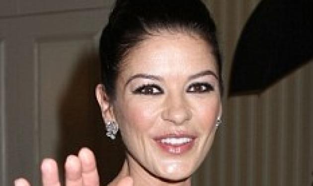 Δες το… βαθύ ντεκολτέ της Catherine Zeta Jones! | tlife.gr