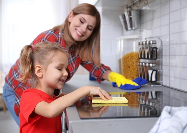 Πώς και γιατί να μάθεις στο παιδί σου να συμμετέχει στις δουλειές του σπιτιού | tlife.gr