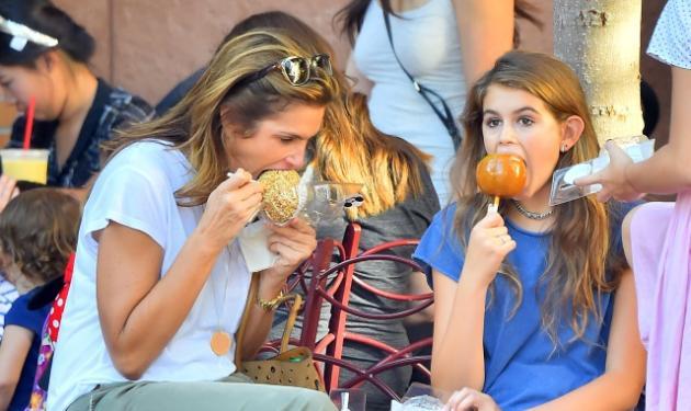 Cindy Crawford: Τρώει γλυκά με την κούκλα κόρη της στην Disneyland! | tlife.gr