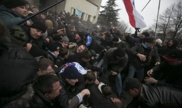 Μυρίζει… μπαρούτι στην Κριμαία – Ένοπλοι κατέλαβαν τη Βουλή