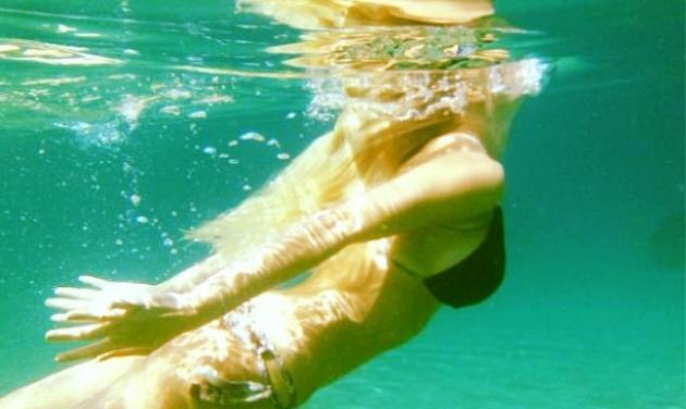 Ποια παρουσιάστρια φωτογραφίζεται κάτω από το νερό; | tlife.gr