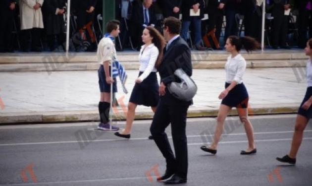 Απίστευτο! Δάσκαλος πήγε στην παρέλαση με το κράνος!
