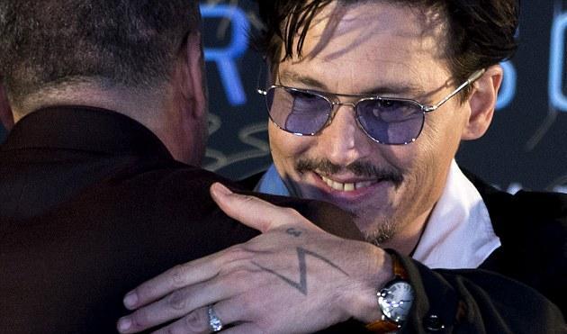 Το  γυναικείο δαχτυλίδι αρραβώνων στο χέρι  του Johnny Depp!