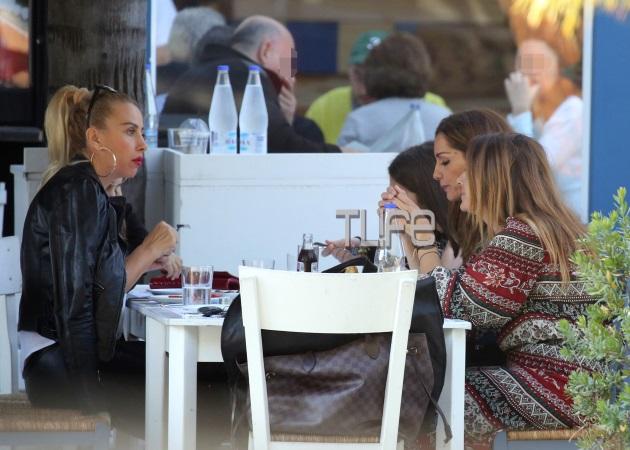 Δέσποινα Βανδή: Για φαγητό με την Γωγώ Μαστροκώστα και τον Τραϊανό Δέλλα! | tlife.gr