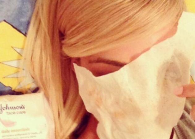 Ντεμακιγιάζ: αυτή η διάσημη προτιμά τα μαντηλάκια! Εσύ;