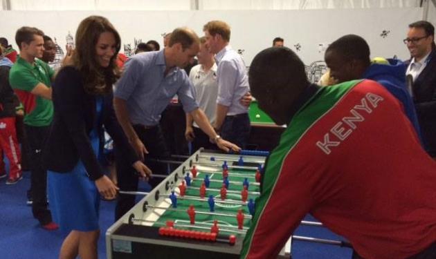 Όταν η Kate Middleton έπαιξε ξύλινο ποδοσφαιράκι με τον πρίγκιπα William!   tlife.gr