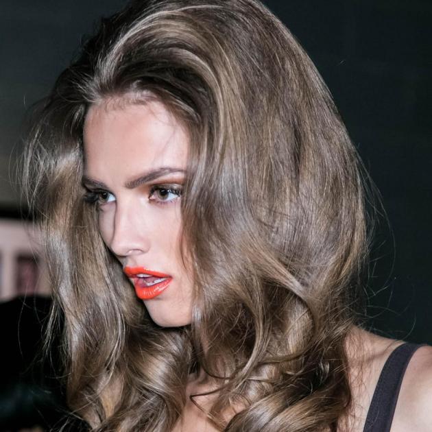 Πώς να αποκτήσεις sexy όγκο στα μαλλιά σου χωρίς καν βούρτσα ή λακ! | tlife.gr