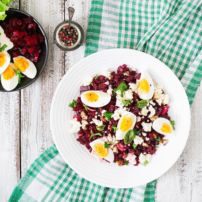 Σαλάτα με παντζάρι, αυγό, φέτα και καρύδια
