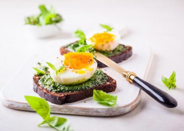 Τοστ με αυγό και pesto