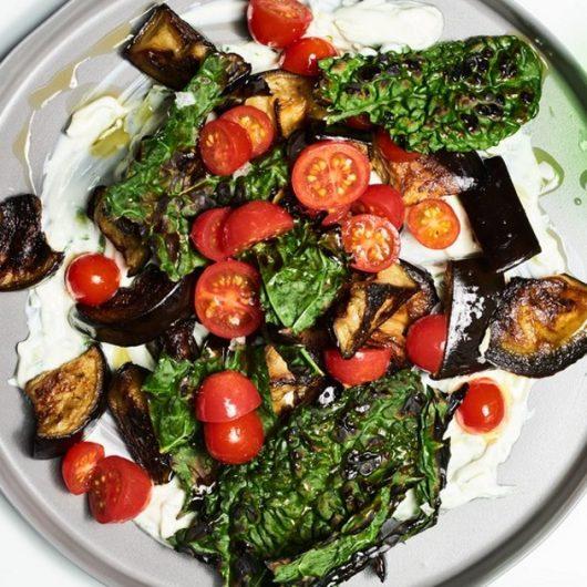 Δροσερή σαλάτα με ψητή μελιτζάνα | tlife.gr