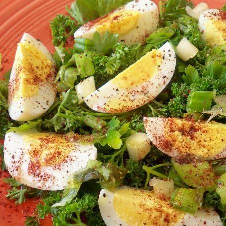 Σαλάτα με βραστά αυγά και μαϊντανό!