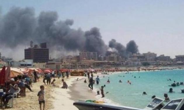 """Αίγυπτος: Aπίστευτη φωτογραφία! H πόλη καίγεται, αλλά η παραλία είναι """"τίγκα"""""""