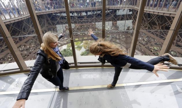Ο πύργος του Άιφελ έχει πλέον γυάλινο πάτωμα! | tlife.gr