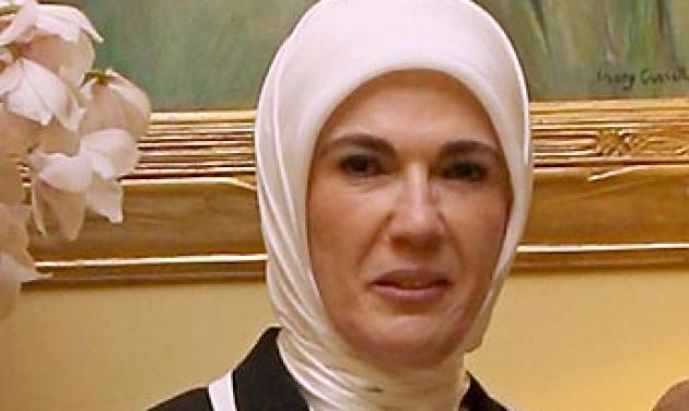 Η σύζυγος πρωθυπουργού που φοράει μαντίλα | tlife.gr