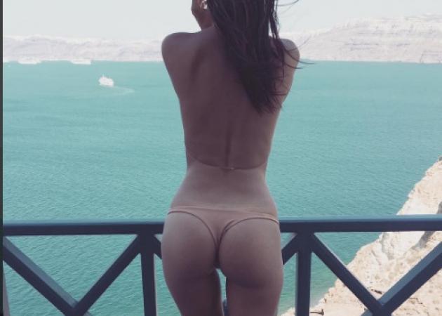 Η σέξι ηθοποιός είναι στη Σαντορίνη και … τρελαίνει τα 7 εκατομμύρια followers  της! Φωτό