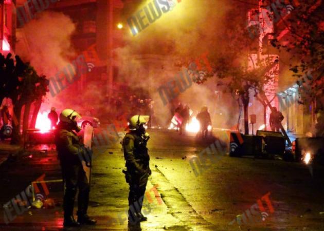 """Αλέξανδρος Γρηγορόπουλος – Live: """"Πόλεμος"""" στα Εξάρχεια! Πετούν μολότοφ από ταράτσες! Επεισόδια σε Κρήτη και Θεσσαλονίκη"""
