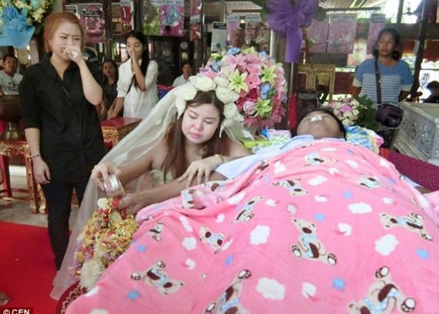 Παντρεύτηκε το νεκρό αρραβωνιαστικό της την ώρα της κηδείας του! Φωτογραφίες και βίντεο | tlife.gr