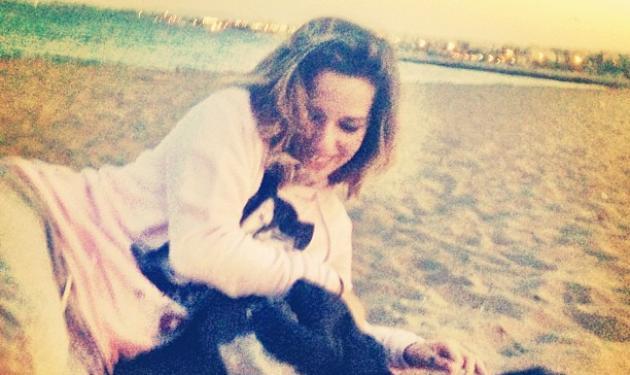 Ε. Κούρκουλου: Παιχνίδια στην παραλία με τους τετράποδους φίλους της!