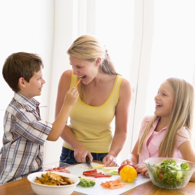 Κάλεσε φίλους σε δείπνο! Μπορεί να σε βοηθήσει να αδυνατίσεις | tlife.gr