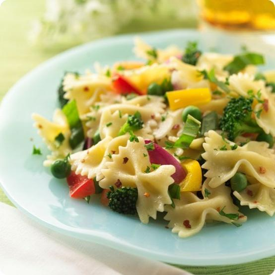 Σαλάτα με φαρφάλες και φρέσκα λαχανικά