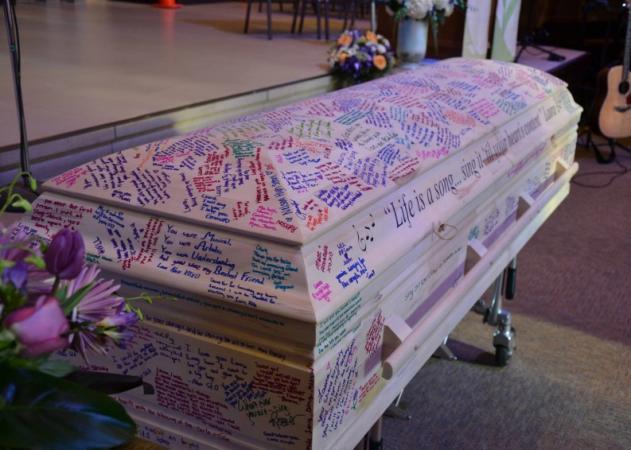 18χρονη έχασε τη μάχη με τον καρκίνο και οι συμμαθητές της μετέτρεψαν το φέρετρό της σε λέυκωμα αποφοίτησης!   tlife.gr