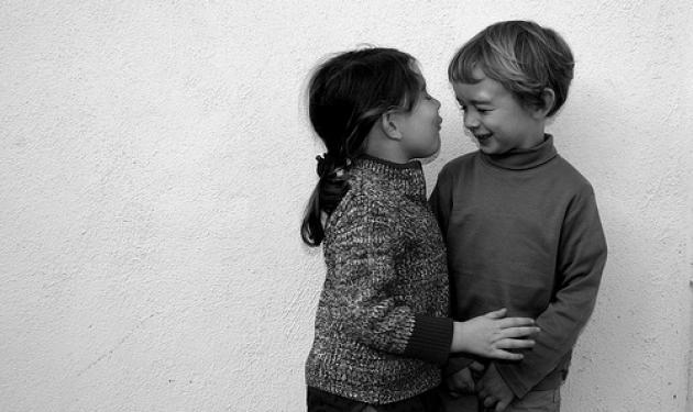 Δύο πεντάχρονα δίνουν το πρώτο τους φιλί και το βλέπουν 6.000.000 άνθρωποι!