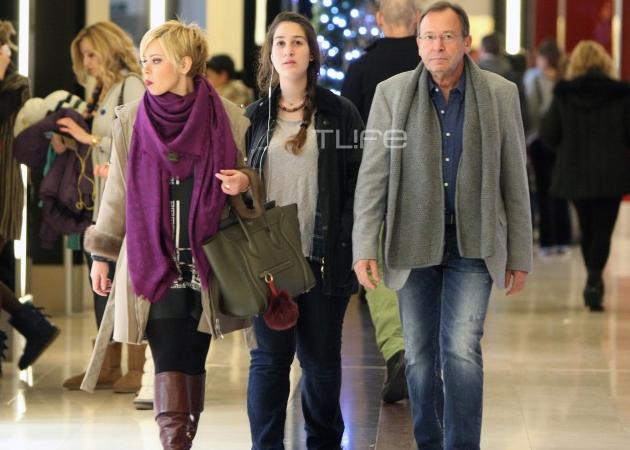 Ανδρέας Φουστάνος: Με την κόρη του Ανδριάνα και την σύντροφό του για ψώνια! | tlife.gr