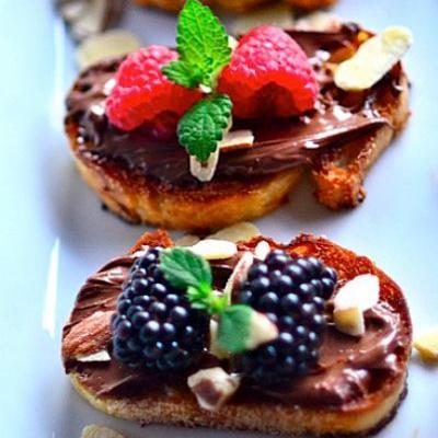 Γλυκιά μπρουσκέτα με φρούτα και πραλίνα φουντουκιού