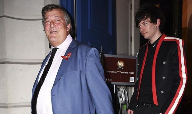 Stephen Fry: Σε gala με τον κατά 30 χρόνια νεότερο σύζυγό του, 6 μήνες μετά τον γάμο τους!