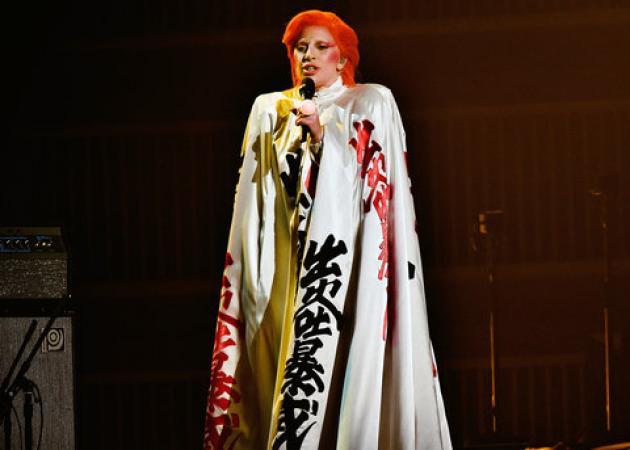 Grammys 2016: Η Lady Gaga αποτίει φόρο τιμής στον David Bowie σε μια συναρπαστική performance | tlife.gr
