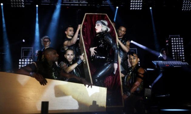 Aστείρευτη αυτή η L. Gaga! Βγήκε μέσα από φέρετρο 9 μηνών έγκυος! | tlife.gr