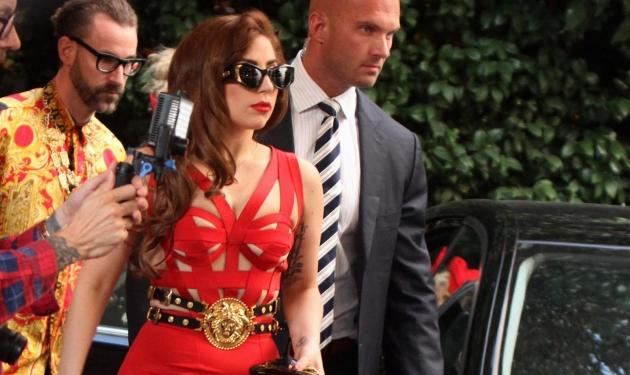 Lady Gaga: Με στενό κόκκινο φόρεμα… απαντά στις κριτικές για τα 11 κιλά που πήρε! | tlife.gr
