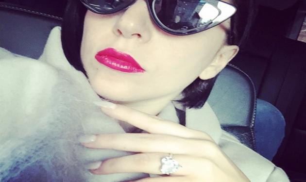 Lady Gaga: Δεν σταματά να μας δείχνει το πανάκριβο μονόπετρο δαχτυλίδι της!