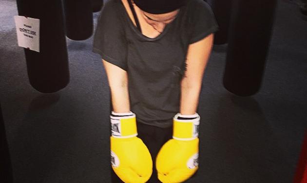 Διάσημη τραγουδίστρια φόρεσε τα… γάντια του μποξ! Μάντεψε ποια είναι | tlife.gr