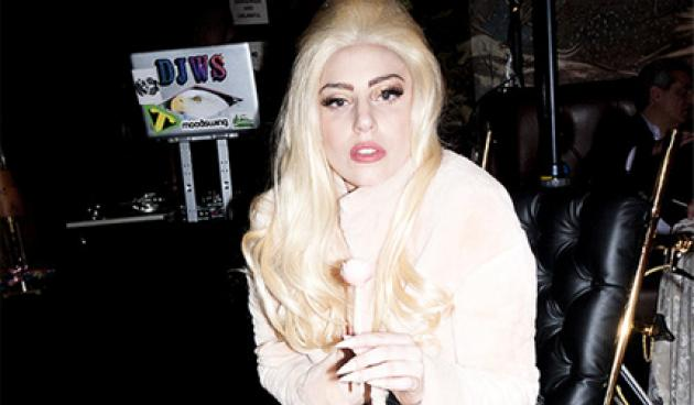 L. Gaga: Κυκλοφορεί με χρυσή αναπηρική καρέκλα, 24 καρατίων!