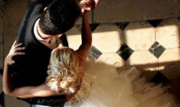 Γαμπρός και νύφη συγκίνησαν τους πάντες – Ένας γάμος που θα μείνει αξέχαστος! | tlife.gr