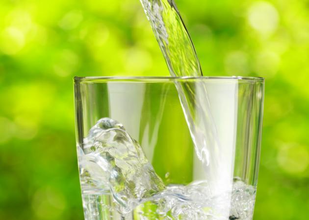Κάνει να πίνεις νερό μαζί με το φαγητό; | tlife.gr