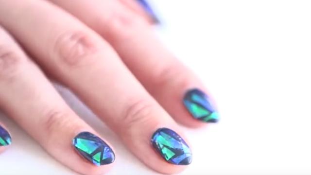 Glass nail! Πώς να κάνεις το πιο hot trend στα νύχια με σελοφάν!