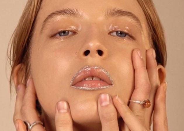 Η βιομηχανία της ομορφιάς θέλει να σπάσεις τους κανόνες και να φορέσεις περίγραμμα με glitter!