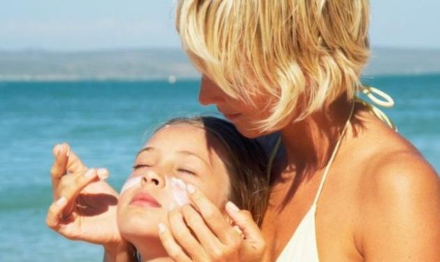 Πως να προστατεύσετε βρέφη και παιδιά από το ήλιο | tlife.gr