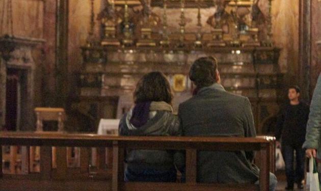 Είναι νέοι, ωραίοι και τσεκάρουν εκκλησίες για γάμο! Ποιο ζευγάρι του Hollywood είναι; | tlife.gr