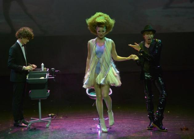 OMG! Κομμωτές που κουρεύουν… χορεύοντας και άλλα εντυπωσιακά στο event της Wella! | tlife.gr