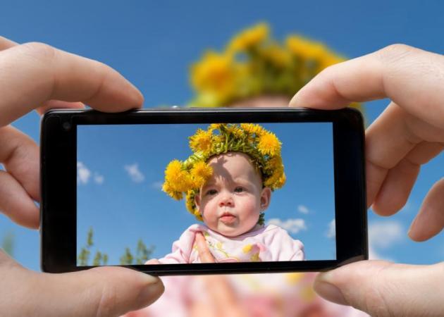 """Γονείς και social media: Γιατί πρέπει να το ξανασκεφτείς πριν """"ανεβάσεις"""" μια φωτογραφία του παιδιού σου"""