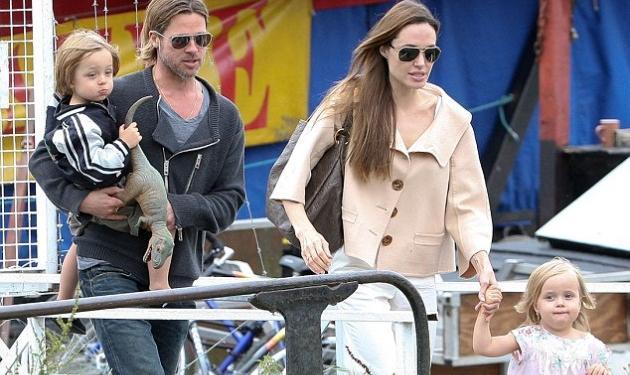 Ούτε μία ούτε δύο!12 νταντάδες κουβάλησαν μαζί τους στις διακοπές Jolie-Pitt!   tlife.gr