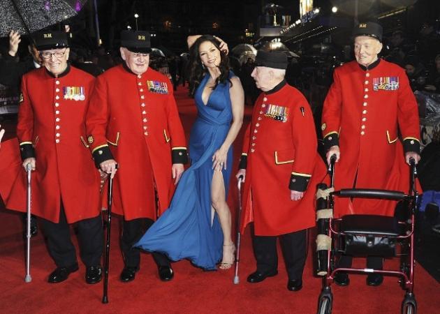 Η επιστροφή της Catherine Zeta – Jones! Η 46χρονη σταρ με αποκαλυπτικό φόρεμα στο κόκκινο χαλί