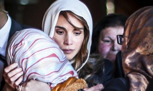 Συγκινεί η βασίλισσα της Ιορδανίας – Παρηγορεί την γυναίκα του πιλότου που εκτέλεσαν οι τζιχαντιστές | tlife.gr