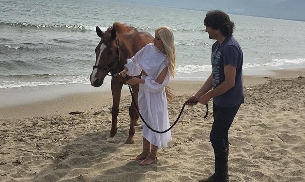 Κατερίνα Καινούργιου: Βόλτα πλάι στο κύμα για τη νέα της φωτογράφηση! | tlife.gr