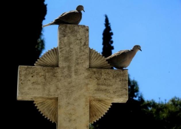 Σκοτώθηκε μέσα στο νεκροταφείο – Σκόνταψε και… του ήρθε το καντήλι στο κεφάλι!